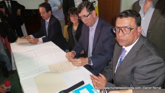 Firma del acuerdo por parte del director de la CAR