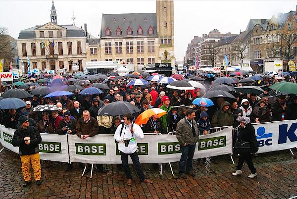 publiek op de Grote Markt bij Dwars door Vlaanderen