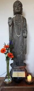 Stenen beeld van een staande Boeddha