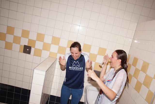 Coach Sofie gedoopt tijdens kampioenenviering