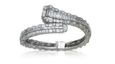 Bangle en platine, diamants taille baguette. Estimation: 20 000-28 000 euros.