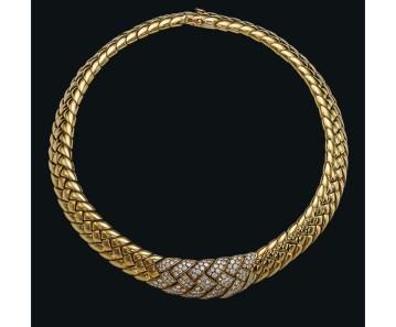 Collier tressé Van Cleef & Arpels en or jaune et diamants. Estimation: 4 900-6 500 euros.