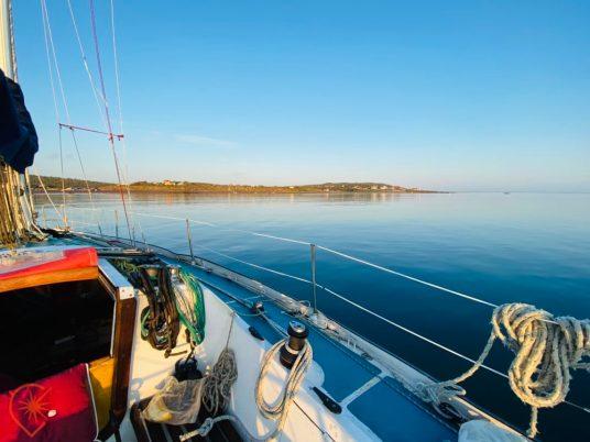 en voilier à tribord