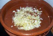 pochar la cebolleta en una cazuela