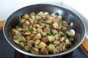 freir los ajos, los pimientos y las almejas