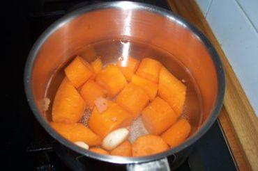 cocemos las zanahorias con los ajos