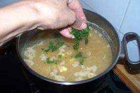 sopa de pasta y hierbabuena