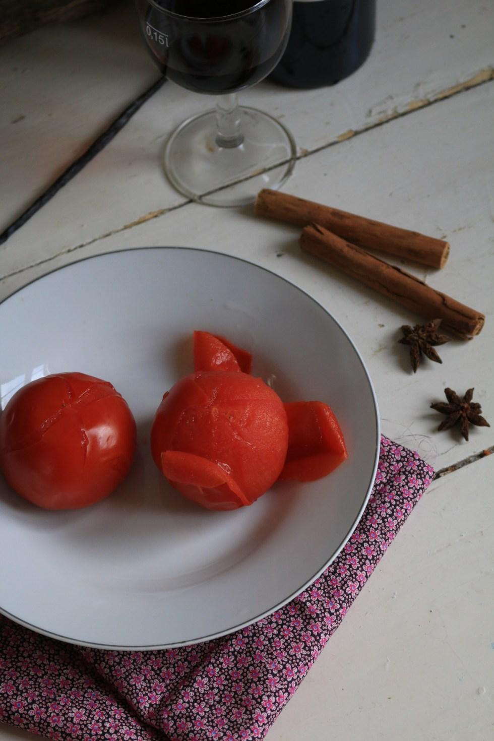 煮鍋開水將番茄尾部劃十字放入開水裡煮2~3分鐘,撈起泡冷水,去番茄皮.