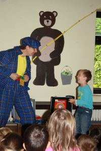 Clown Zauberer LIAR mit Assistent in der Kita