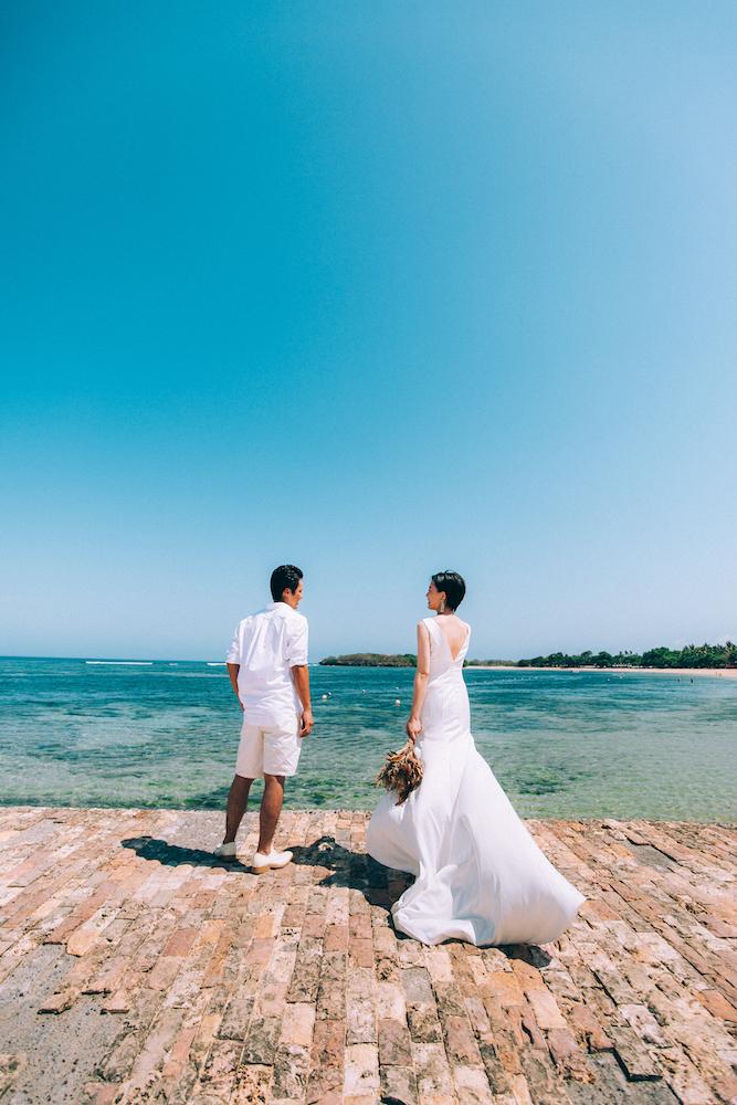 海を見つめて立つ新郎新婦