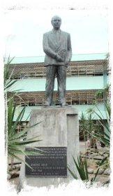 Monumento en honor a Rodrigo Facio Brenes a la entrada de la Universidad de Costa Rica