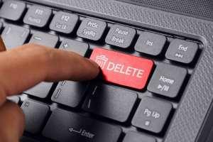 パソコンの削除ボタンを押す人差し指