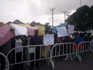 BREAKING: Ogbe-Ijoh Youths Storm Government House Asaba, Demands Ijaw Ward In Warri South