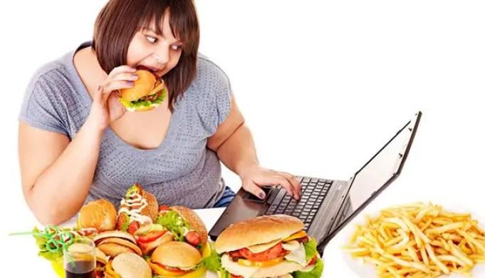 donne chemangia e cerca informazioni sul reflusso e la dieta su internet