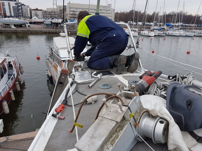 Modifying the rails for the anchor roll 3 - Liberta.fi