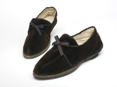 men's velvet shoes 1805-10 © Victoria and Albert Museum, London