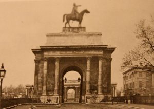 1850s photo of Wellington Arch showing equestrian statue of Wellington