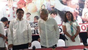 Firman maestros pacto educativo con AMLO