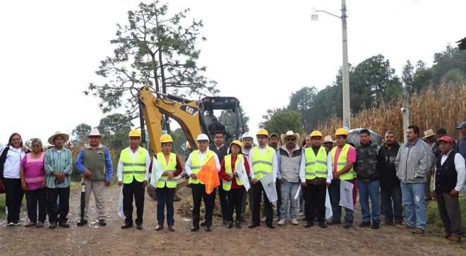 Presidente municipal y regidores de Tlaxiaco dan banderazo de inicio a obra de drenaje en Barrio San Nicolás.