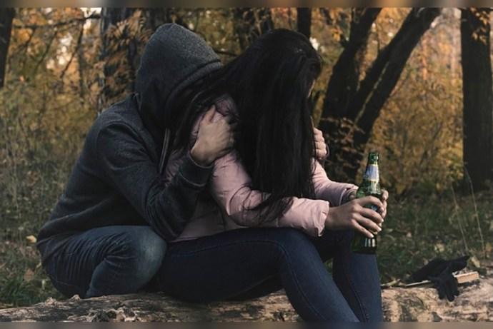 Encuentran en la banqueta a joven estudiante perdida de borracha