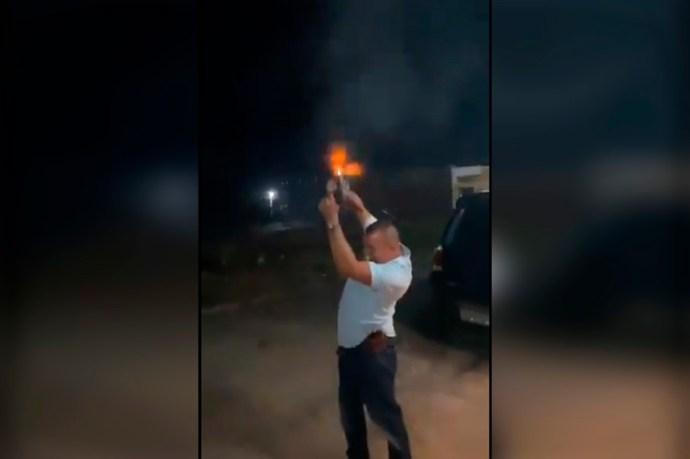 Militar festejó el año nuevo disparando su arma al aire