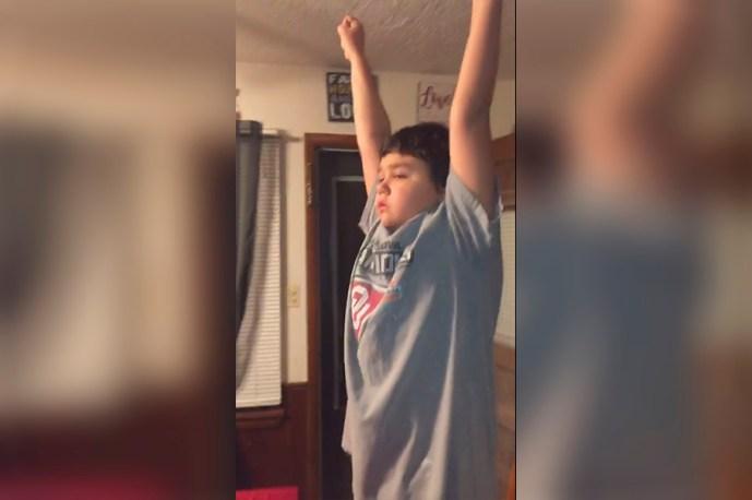 Niño de 9 años derrama lágrimas de vencedor después de vencer al cáncer