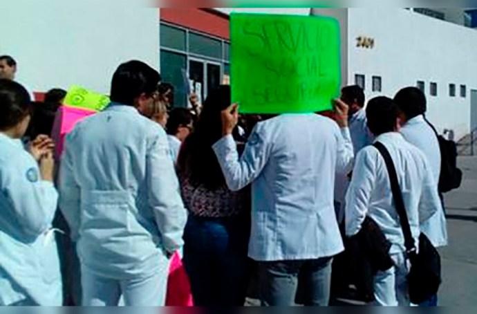 En el Hospital Civil de Xalapa pasantes acusan que los exponen a un contagio