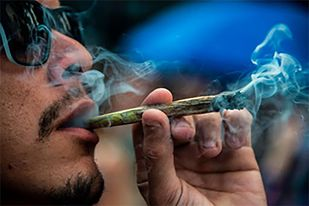 Gobierno de EU regala churros de mariguana al que acuda a vacunarse