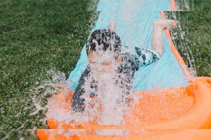 Niño fallece tras infectarse con una ameba comecerebros que se encontraba en el agua de un parque acuático en Texas