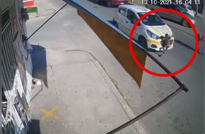 Aquí el video donde se ve al taxista atropellar y asesinar a un niño de tres años