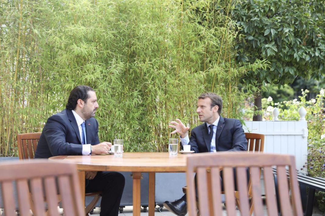Le Président Français Emmanuel Macron en compagnie du Premier Ministre Libanais Saad Hariri en novembre 2017, après son arrivée depuis l'Arabie Saoudite.