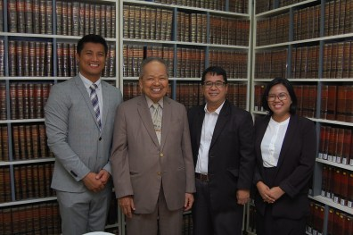 Retired Chief Justice Artemio V. Panganiban and Polytechnic University of the Philippines College of Law Dean Gemy Lito L. Festin flanked by FLP Scholars from PUP, Jun Dexter Rojas and Ma. Vida Malaya Villarico