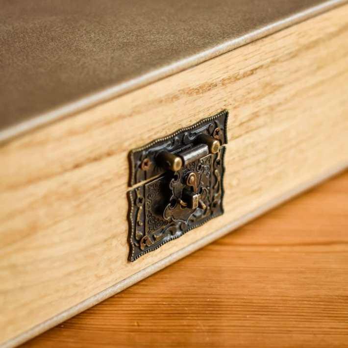Clasp on Oak wedding album box