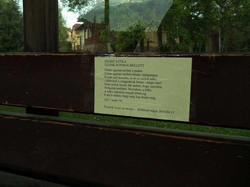 A balatonföldvári buszmegálló padjára ragasztott József Attila-vers.