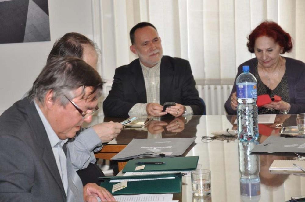 Korhű kép: Drago Jančar felolvas, ketten mobiloznak, az elnökasszony ásványvízes üveg takarásában