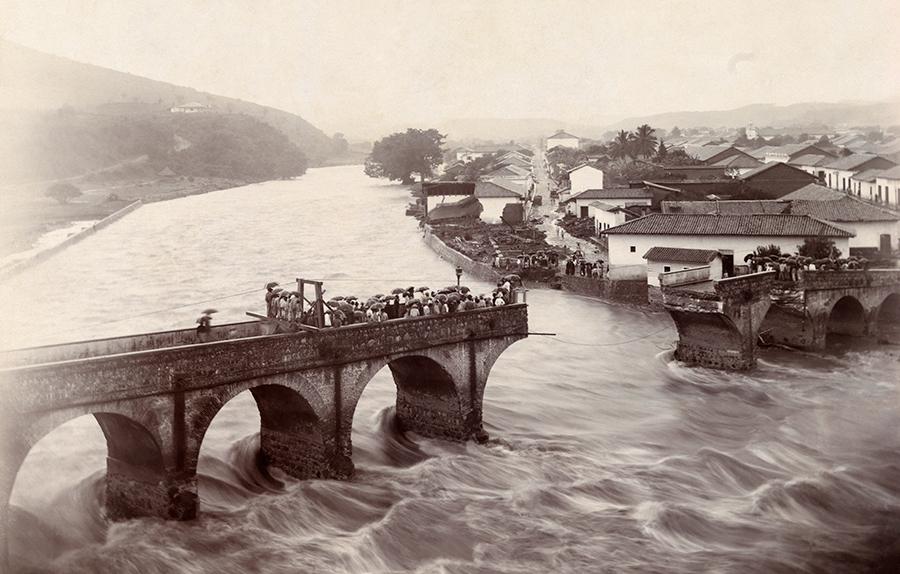 Víz zubot át az összeomlott Tegucigalpas hídon, Honduras, 1916.