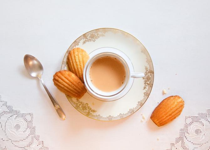 Amikor egy téli napon, hogy hazatértem a városból, anyám látva, hogy didergek, ajánlotta, hogy szokásom ellenére igyak egy kevéske teát. Először nem akartam inni, de aztán, nem tudom, hogy miért, mégis meggondoltam magam. A tea mellé anyám egy kis madeleine-nek nevezett süteményt hozatott, amelynek kicsi, dundi formája mintha csak egy rovátkás kagylóhéjba lenne kisütve. (Marcel Proust: Az eltűnt idő nyomában)