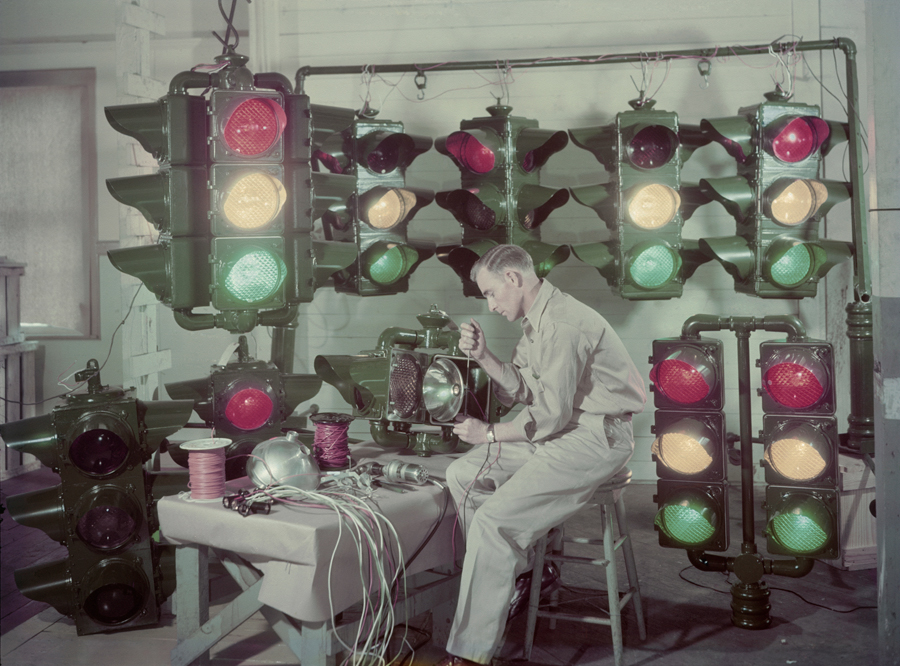 Közlekedési lámpákat készítő férfi, Amerika, 1947.
