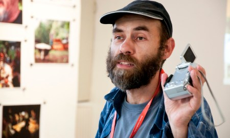 Aktivisták és hajléktalanok a fényképezőgép két oldalán