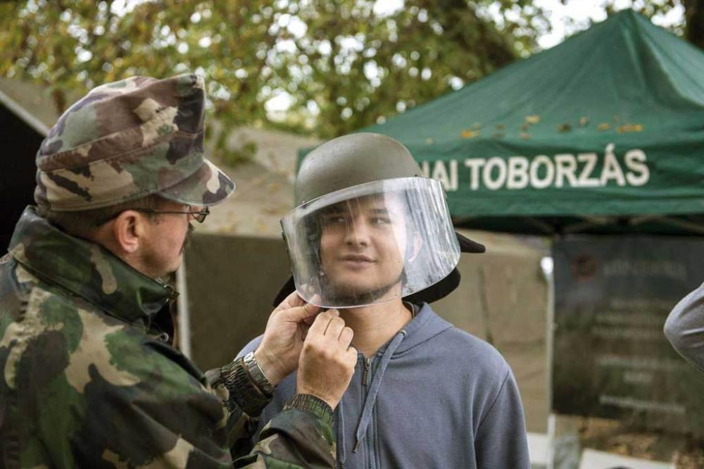 Katonai sisakot próbál fel egy fiatal önkéntes a Feltöltés 2014 hadkiegészítési rendszergyakorlat interaktív szakmai (sorozó) napján a Magyar Honvédség Hadkiegészítõ és Központi Nyilvántartó Parancsnokságán (MH HKNYP) 2014. október 17-én. MTI Fotó: Koszticsák Szilárd