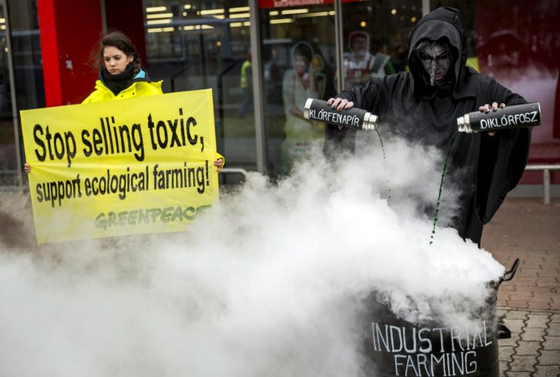 A Greenpeace Magyarország aktivistáinak Veszélyes vegyszerek a paprikában című performansza Budapesten 2015. március 31-én.