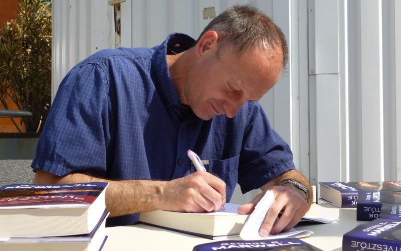George B. Marwell regényét Balikó György dedikálja - Ez tényleg a Világok útvesztője!