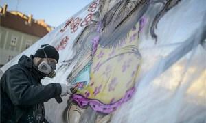 A Mr. Zero művésznevű graffitiművész festékszóróval fest az egri Gárdonyi téren 2015. április 7-én.