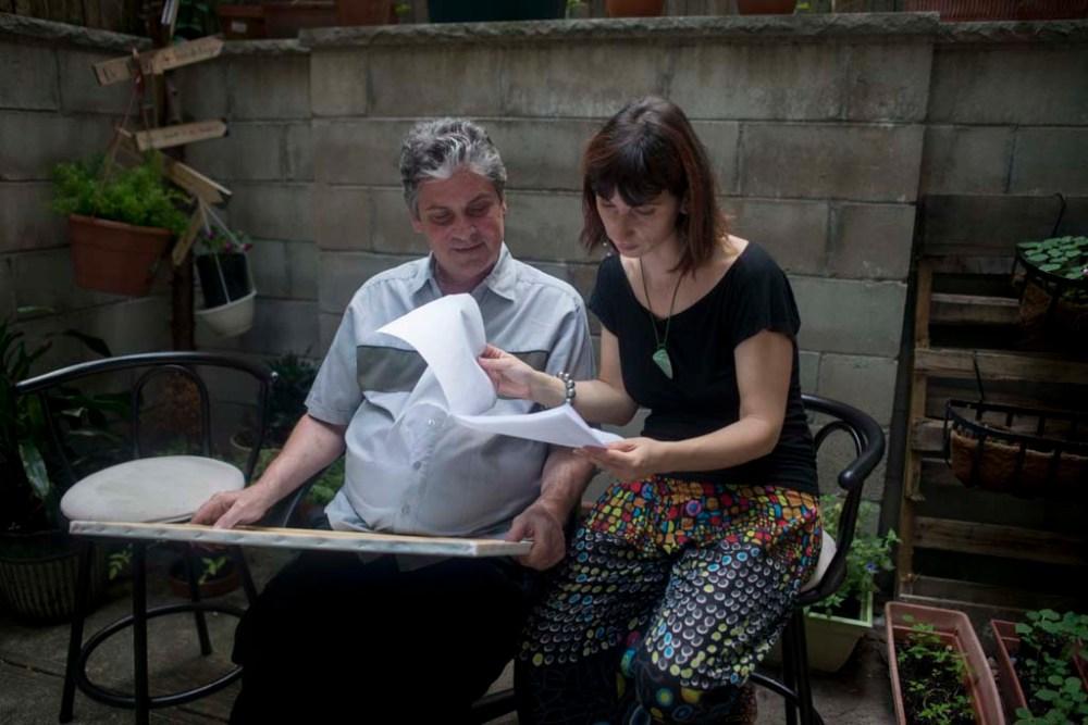 New York, 2015. július 31.  Zsedely Timea férjével, Mikkyvel a New York-i East Village-ben lévõ 10 Ezer Lépés elnevezésû magyar könyvesboltjuk udvarán, ahol promóciós videót forgatnak 2015. július 26-án. Zsédely Timea 2001 óta él New Yorkban. Már korábban megismerkedett magyar származású férjével, Mikkyvel, aki 56-os magyarok gyermeke. Timea és férje együtt mûködtetik a keleti 11. utcában lévõ 10 Ezer Lépés elnevezésû magyar könyvesboltot, ahol nyelvoktatással, tehetséggondozással, a magyar kultúra megõrzésével is foglalkoznak. Az üzletben magyar nyelvû és angolra lefordított magyar vonatkozású könyveket árulnak. MTI Fotó: Kallos Bea