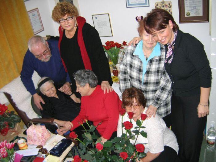 Irena a megmentettjei körében 2005-ben
