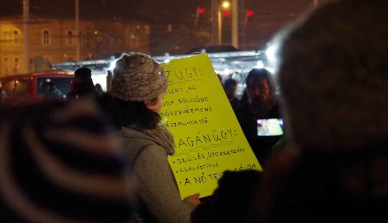Demonstráció a nők jogaiért a Puskás Ferenc Stadion metrómegálló kijárata előtt - a szerző fotója