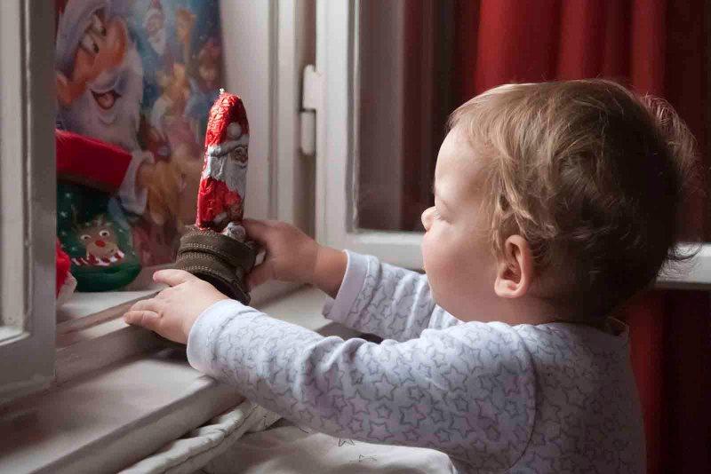 Budapest, 2015. december 6. Egy kisfiú megtalálja az ablakban a Mikulás-ajándékot egy budapesti lakásban 2015. december 6-án. MTI Fotó: Honéczy Barnabás