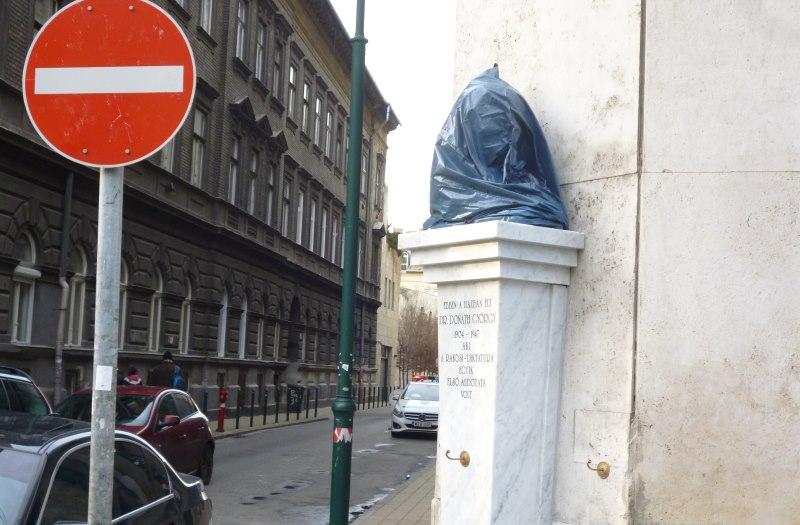 A szobor mellet a Páva utcába pillantva elláthatunk a Holokauszt emlékközpontig!