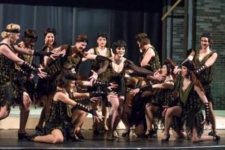 A zenészlányok és táncosok gyűrűjében Csarnóy Zsuzsa (Hab a tortán zenekar és Sue)