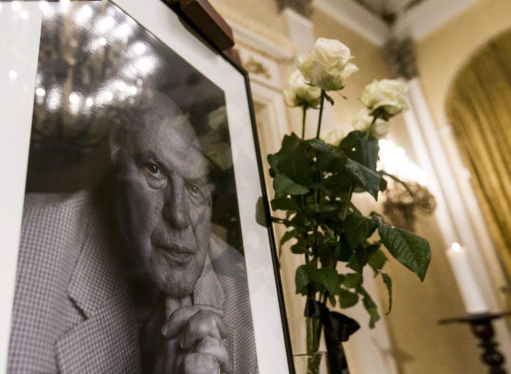 Kertész Imre Nobel-díjas író portréja a Petőfi Irodalmi Múzeum Dísztermében, ahol a hajnalban elhunyt írótól felolvasással búcsúznak írótársai és olvasói 2016. március 31-én. MTI Fotó: Szigetváry Zsolt